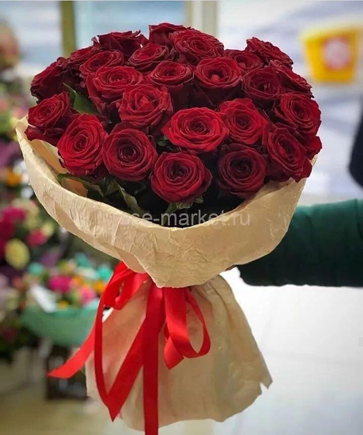 Букет 19 красных роз (Рэд Наоми)
