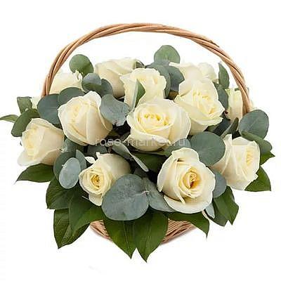 Корзина с 19 белыми розами