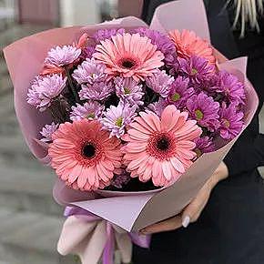 Розовое ассорти гербер и хризантем