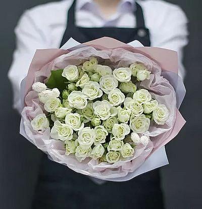 """Букет белых кустовых роз """"Симпатия"""", 19 цветов"""
