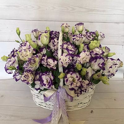 Цветы в корзине «Вальс Эустомы»